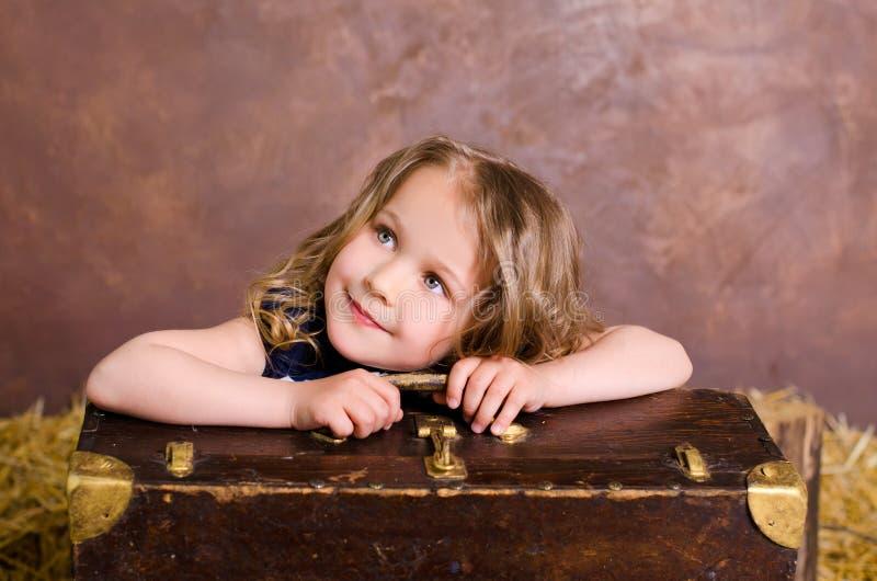 Petite fille mignonne avec la valise de brun de vintage image libre de droits