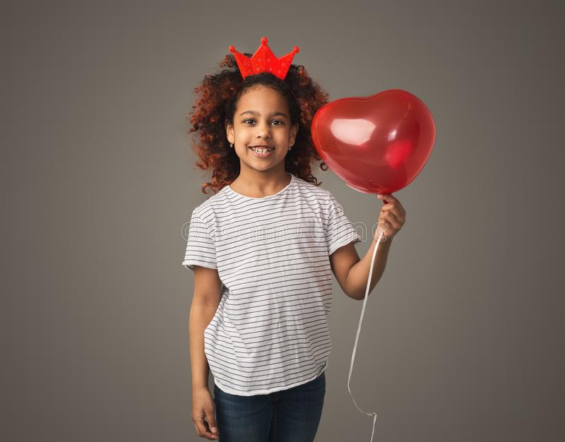 Petite fille mignonne avec le ballon en forme de coeur photos stock