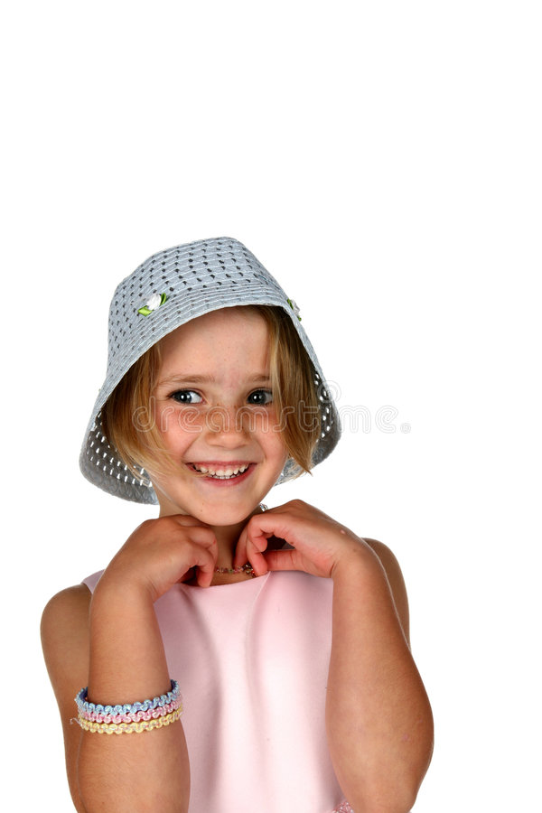 Petite fille mignonne avec le chapeau à crochet bleu images stock