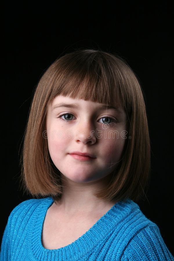 Petite fille mignonne avec le cheveu droit et un dessus bleu photographie stock