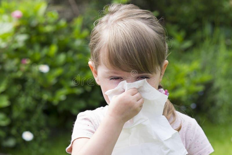 Petite fille mignonne avec le mouchoir dans un jardin image libre de droits