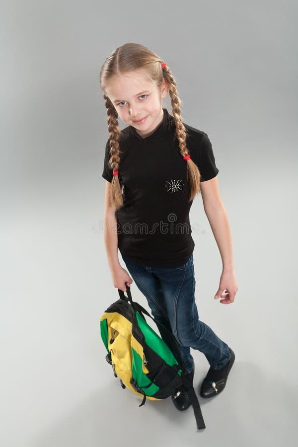 Petite fille mignonne avec le sac à dos images libres de droits