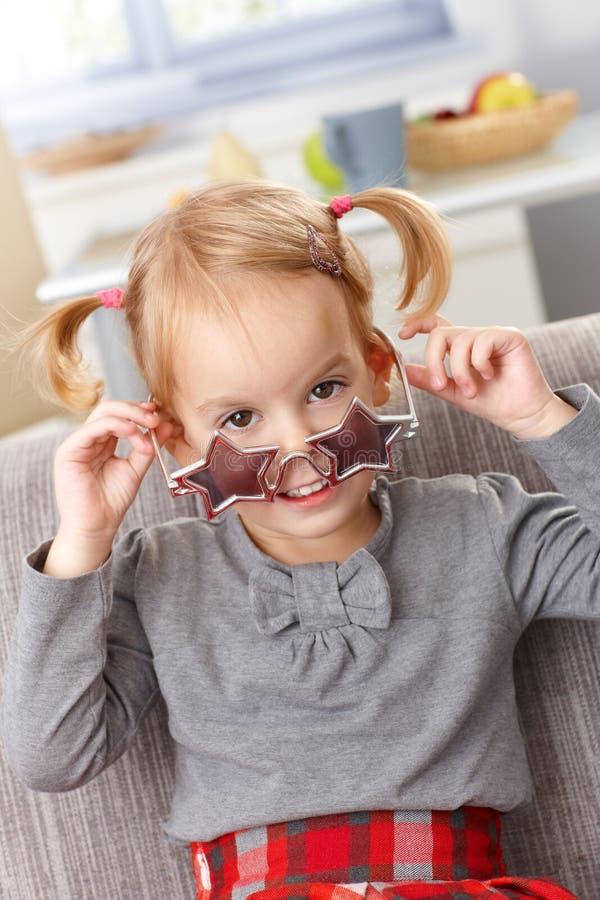 Petite fille mignonne avec le sourire en forme d'étoile en verre photographie stock