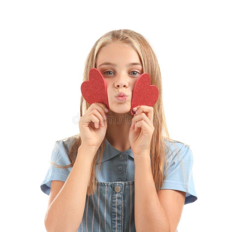 Petite fille mignonne avec les coeurs rouges sur le fond blanc photos stock