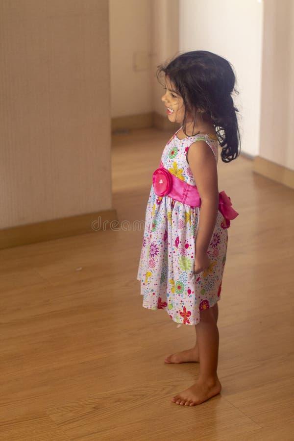 Petite fille mignonne avec rire de robe photographie stock