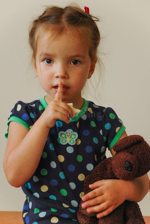 Petite fille mignonne avec un jouet mou à disposition photos stock