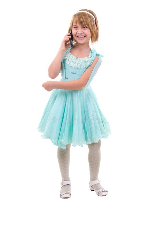 Petite fille mignonne avec un téléphone. photos libres de droits