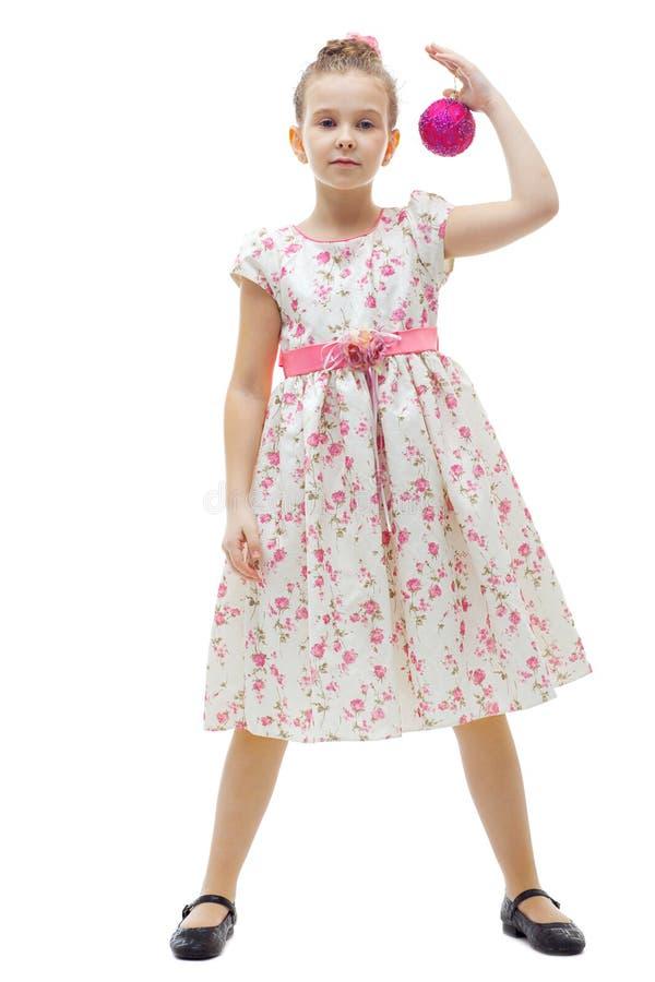 Petite fille mignonne avec une bille de Noël-arbre images libres de droits