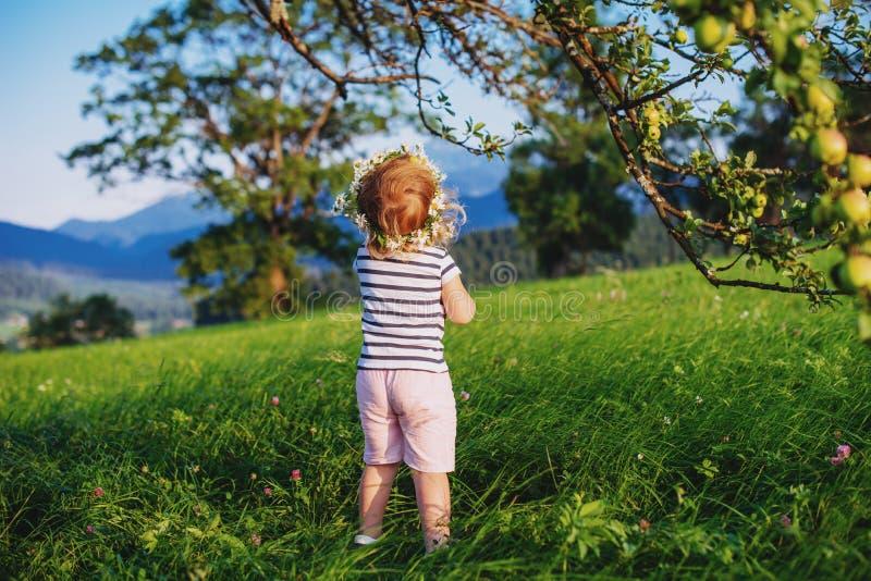Petite fille mignonne avec une guirlande sur sa tête photo libre de droits