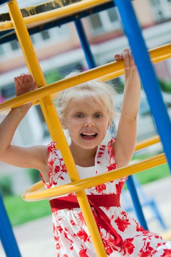 Petite fille mignonne ayant l'amusement. images libres de droits