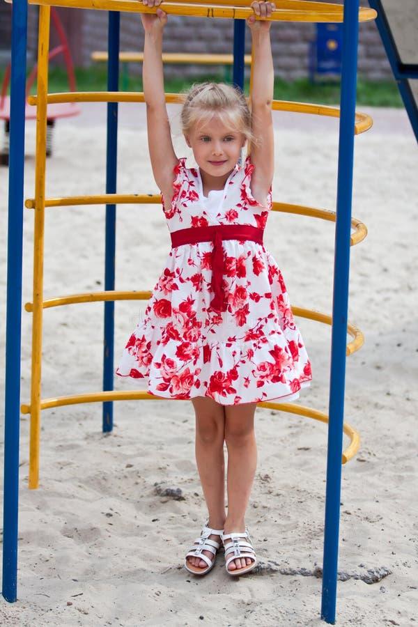 Petite fille mignonne ayant l'amusement. photos stock