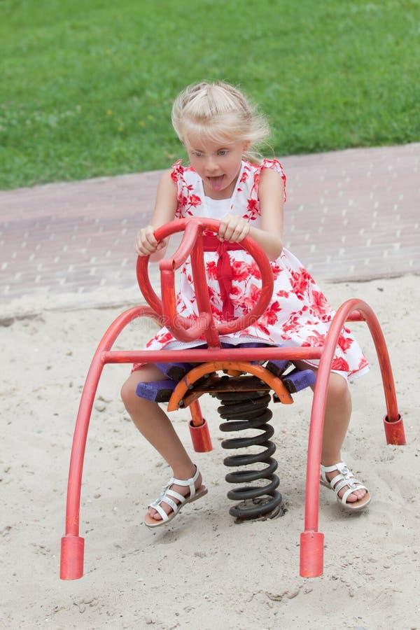 Petite fille mignonne ayant l'amusement. photographie stock