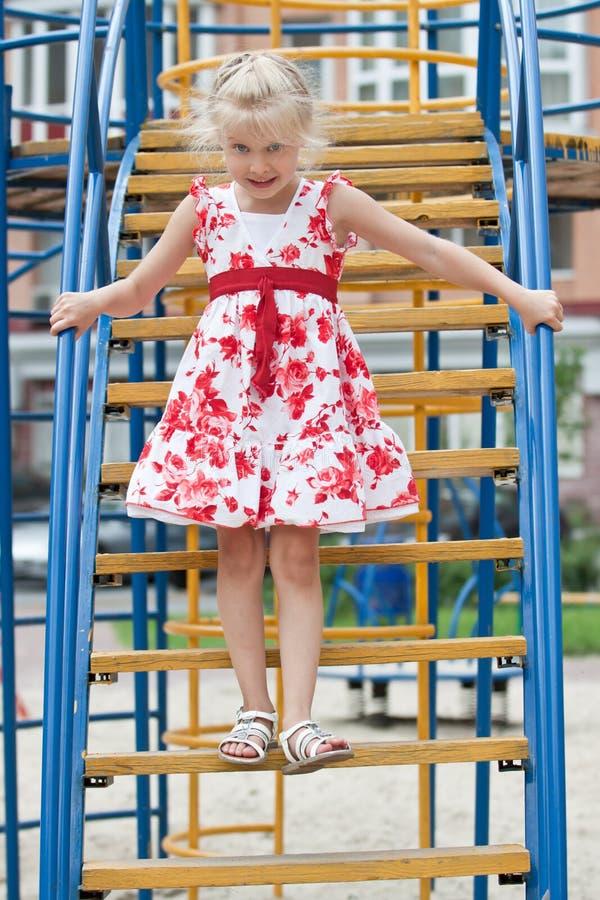 Petite fille mignonne ayant l'amusement. images stock