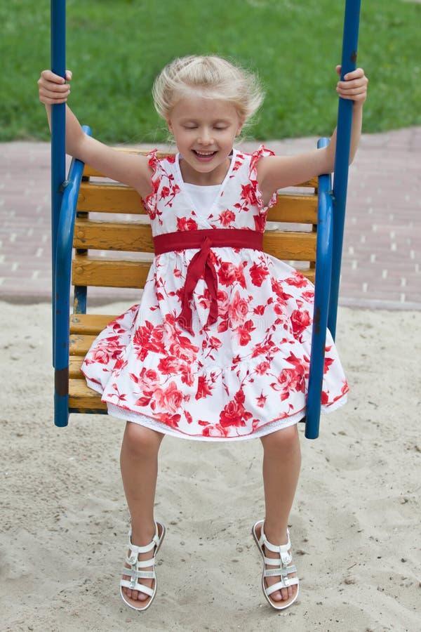 Petite fille mignonne ayant l'amusement. image libre de droits