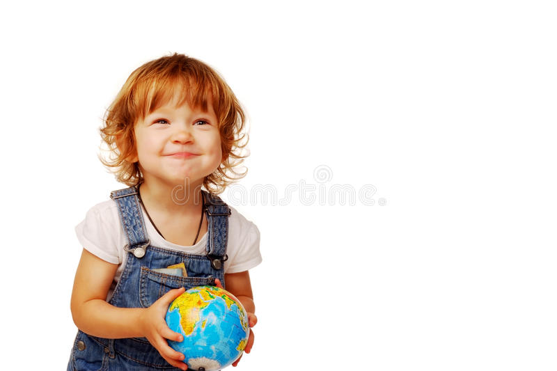 Petite fille mignonne caucasienne dans l'âge de deux ans jugeant un globe d'isolement sur le fond blanc, premier concept d'éducat images libres de droits
