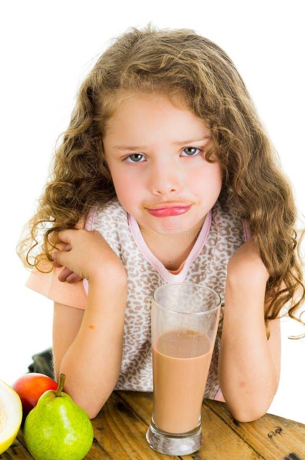 Petite fille mignonne d'élève du cours préparatoire avec le lait chocolaté image libre de droits