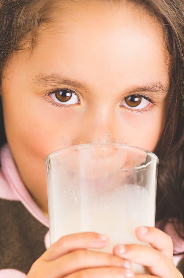 Petite fille mignonne d'élève du cours préparatoire buvant un verre de images libres de droits
