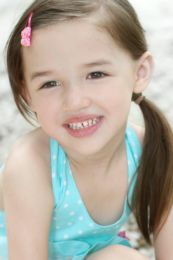 Petite fille mignonne d'enfant en bas âge photo libre de droits