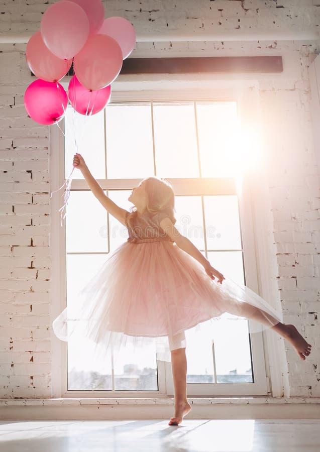 Petite fille mignonne dans la robe image libre de droits