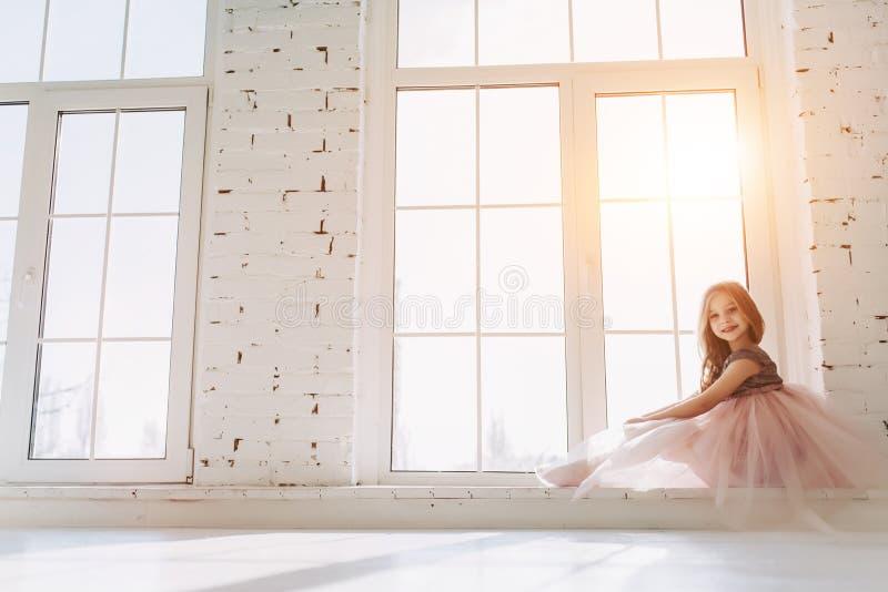 Petite fille mignonne dans la robe photographie stock