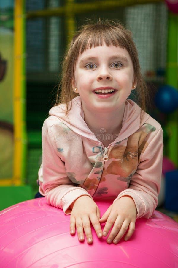 Petite fille mignonne dans la salle de jeu image libre de droits
