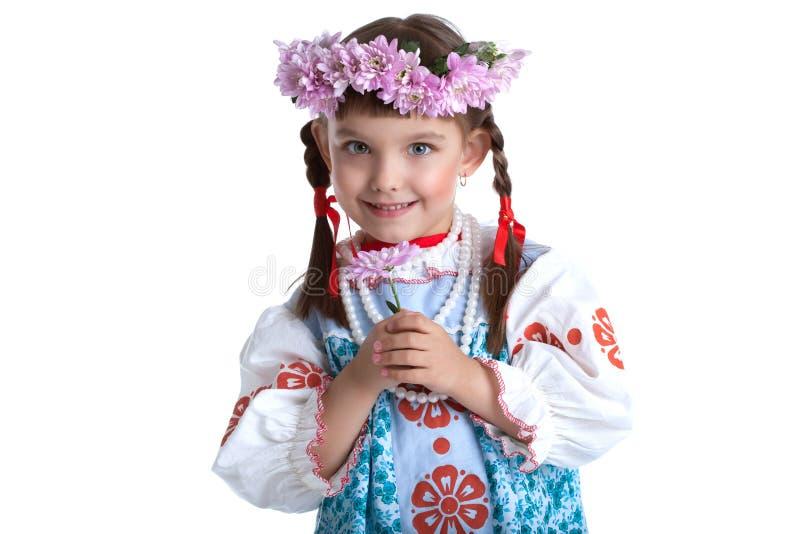 Petite fille mignonne dans le costume et la guirlande de slavic image libre de droits