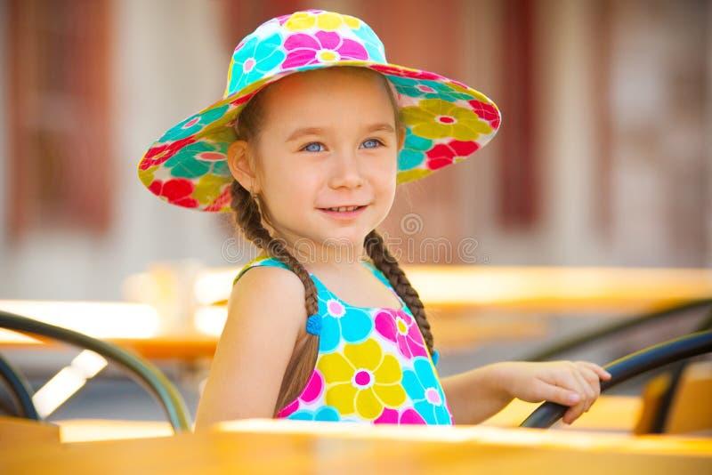 Petite fille mignonne dans le portrait en gros plan de chapeau dehors pendant l'été photo libre de droits