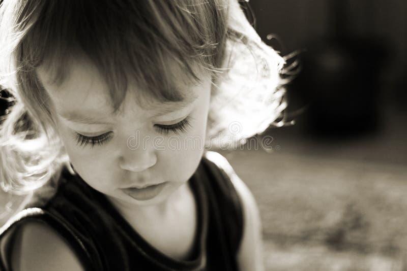 Petite fille mignonne dans les rayons du soleil photos libres de droits