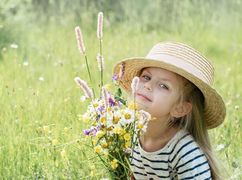 Petite fille mignonne dans un domaine photos stock