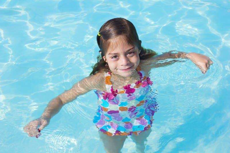 Petite fille mignonne dans une piscine photo libre de droits