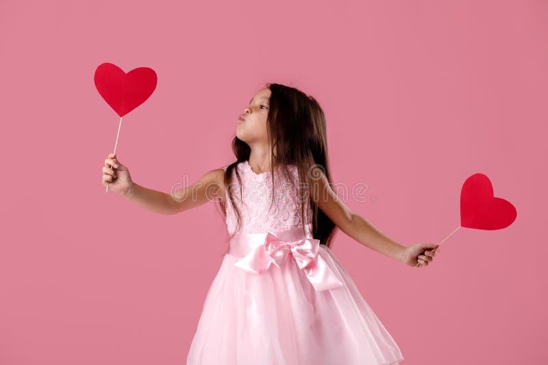 Petite Fille Mignonne Dans Une Robe Rose Tenant Un Coeur De Papier Photo Stock Image Du Fixation Coeur 137328578