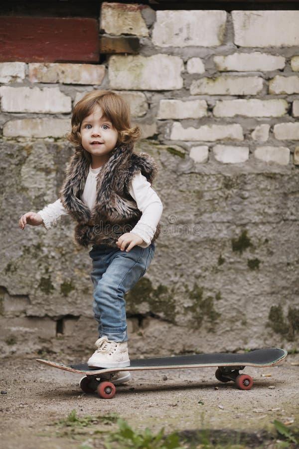 Download Petite Fille Mignonne De Hippie Avec La Planche à Roulettes Photo stock - Image du loisirs, amusement: 45350532