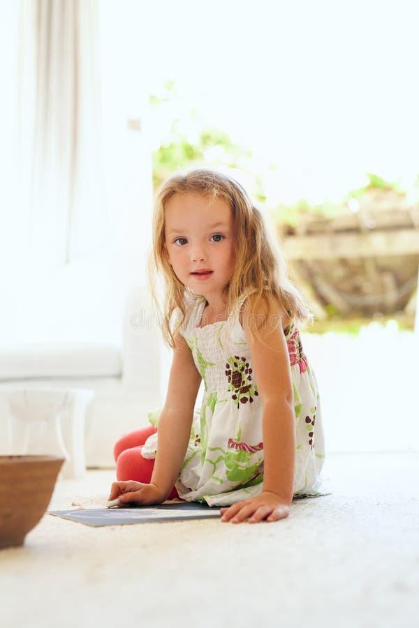 Petite fille mignonne dessinant à la maison image stock