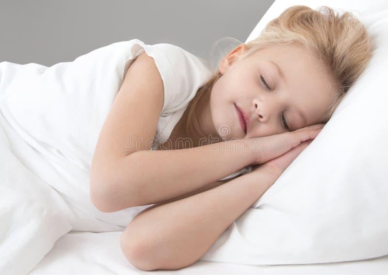 Petite fille mignonne dormant sur un oreiller blanc images stock