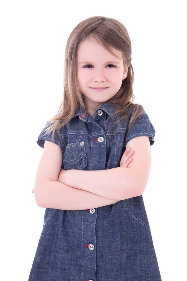 Petite fille mignonne drôle dans la robe de denim avec l'isolat croisé de mains image libre de droits