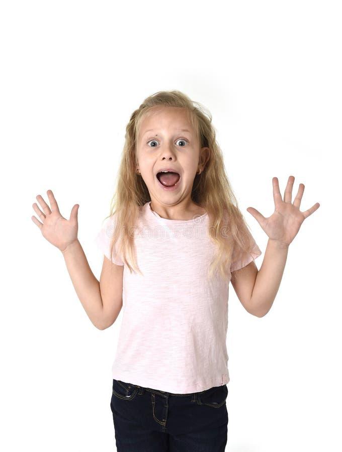 Petite fille mignonne et douce dans des expres de visage d'incrédulité et de surprise image stock