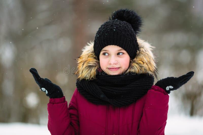Petite fille mignonne extérieure à l'hiver neigeux Marche photos stock