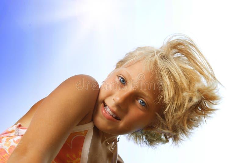 Petite fille mignonne heureuse extérieure images libres de droits
