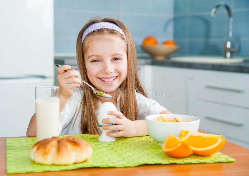 Petite fille mangeant son petit déjeuner photo libre de droits