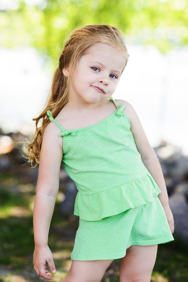 Petite fille mignonne regardant la caméra avec le scepticisme image libre de droits