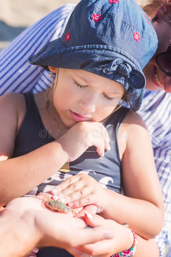 Petite fille mignonne regardant un crabe images stock