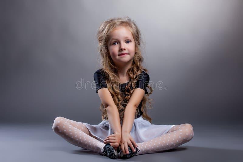 Petite fille mignonne s'asseyant en position de lotus images stock