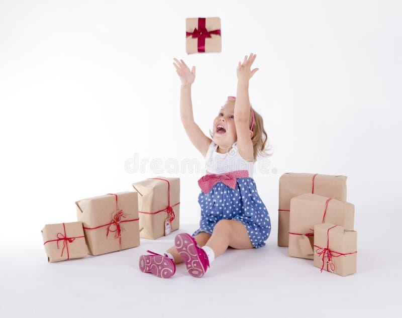 Petite fille mignonne s'asseyant sur le plancher entouré images libres de droits