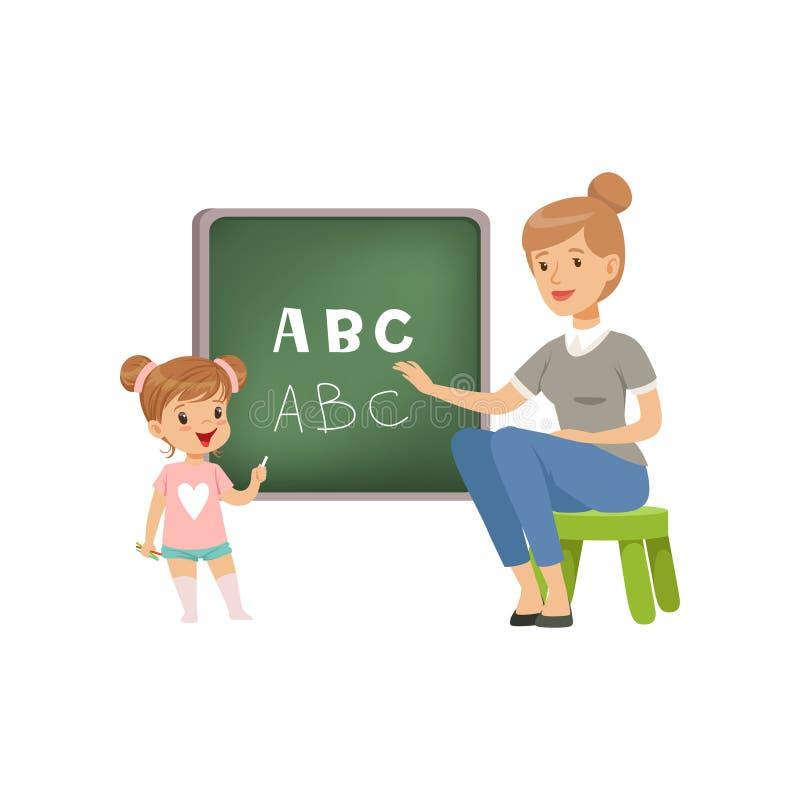 Petite fille mignonne se tenant près du tableau noir et écrivant des lettres de l'alphabet anglais, professeur l'aidant, langue illustration de vecteur
