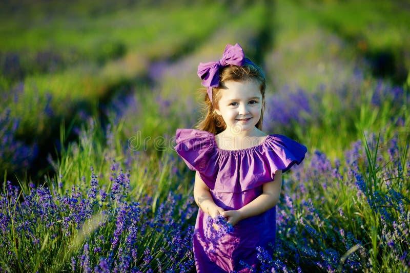 Petite fille mignonne souriant dans un plan rapproché de parc photos libres de droits