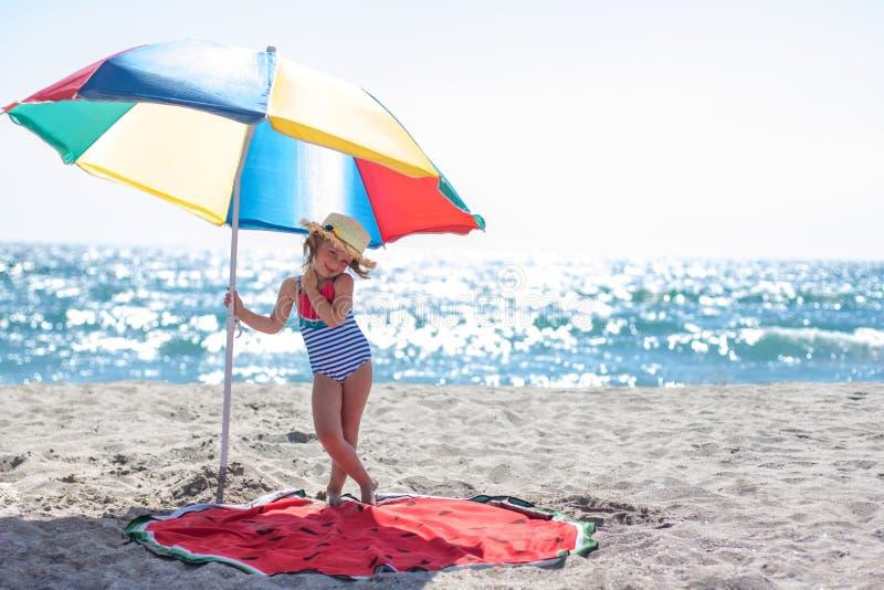 Petite fille mignonne sous un parapluie coloré photos libres de droits