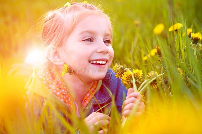 Petite fille mignonne sur le pré image libre de droits