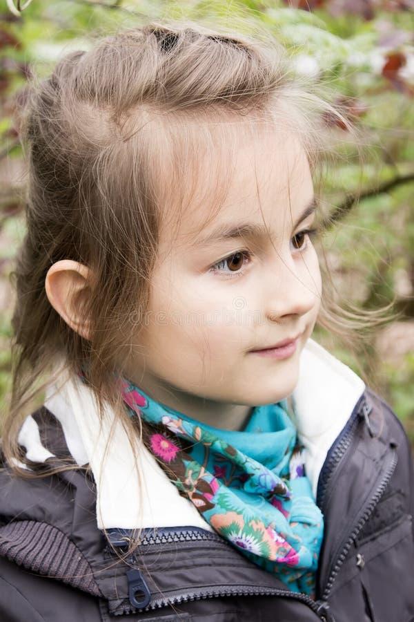 Petite fille mignonne sur le stationnement en jour d'été photographie stock libre de droits