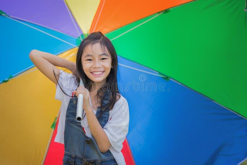 Petite fille mignonne tenant un parapluie image libre de droits