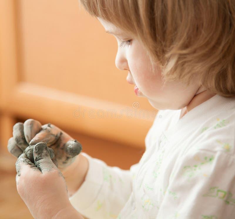 Petite fille modelant le jouet d'argile photographie stock libre de droits